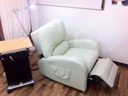 ボリュームエクステ用のソファーです。皆さんスヤスヤ眠ってしまいます。